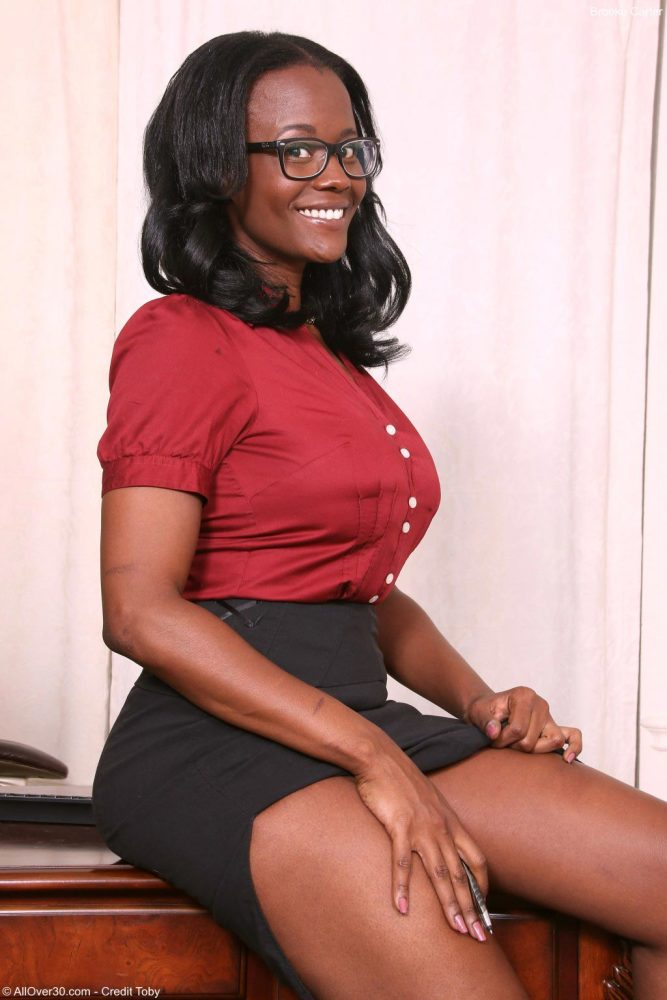 Ebony milf secretary strips pics..